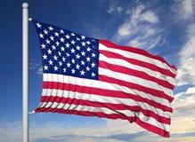 Bandiera d'ondeggiamento di U.S.A. sull'asta della bandiera Fotografia Stock