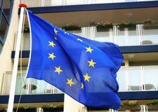 Bandiera d'ondeggiamento di UE su vento Immagine Stock