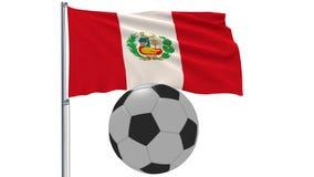 Bandiera d'ondeggiamento realistica del Perù e pallone da calcio che vola intorno su un fondo bianco, rappresentazione 3d Fotografia Stock Libera da Diritti