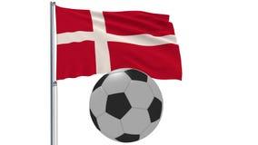 Bandiera d'ondeggiamento realistica della Danimarca e pallone da calcio che vola intorno su un fondo bianco, rappresentazione 3d Fotografia Stock Libera da Diritti