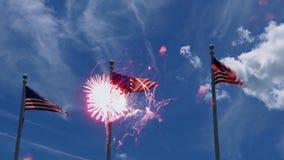 Bandiera degli Stati Uniti d'America U.S.A. con i ireworks sui precedenti della festa dell'indipendenza della bandiera degli Stat stock footage