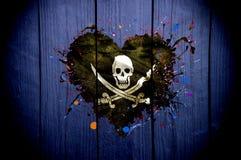 Bandiera dei pirati sotto forma di cuore su un fondo scuro fotografie stock