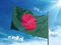 Bandiera del Bangladesh che ondeggia nel cielo blu Fotografie Stock