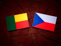 Bandiera del Benin con la bandiera ceca su un ceppo di albero fotografie stock
