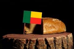 Bandiera del Benin su un ceppo con pane fotografia stock libera da diritti