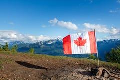 Bandiera del Canada con le montagne nei precedenti Fotografia Stock
