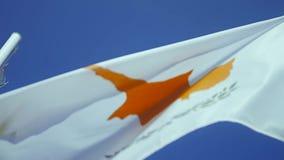 Bandiera del Cipro che ondeggia al vento con cielo blu archivi video