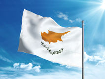 Bandiera del Cipro che ondeggia nel cielo blu Fotografia Stock Libera da Diritti