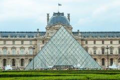 Bandiera del francese di Museum Pyramide du Louvre Parigi del Louvre Immagine Stock Libera da Diritti