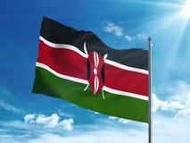Bandiera del Kenya che ondeggia nel cielo blu Fotografia Stock Libera da Diritti
