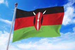 Bandiera del Kenya che si sviluppa contro un cielo blu Fotografia Stock