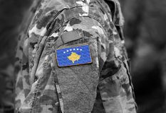 Bandiera del Kosovo sul collage del braccio dei soldati fotografia stock