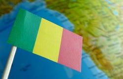 Bandiera del Mali con una mappa del globo come fondo Fotografia Stock Libera da Diritti