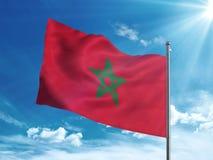 Bandiera del Marocco che ondeggia nel cielo blu Immagini Stock Libere da Diritti