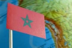 Bandiera del Marocco con una mappa del globo come fondo Fotografia Stock Libera da Diritti