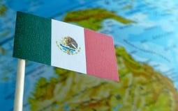 Bandiera del Messico con una mappa del globo come fondo Fotografie Stock