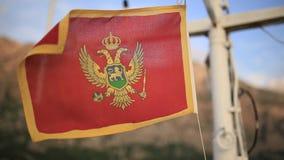 Bandiera del Montenegro, sulla via, nel vento montenegro stock footage