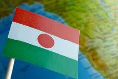 Bandiera del Niger con una mappa del globo come fondo Immagine Stock Libera da Diritti