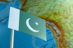 Bandiera del Pakistan con una mappa del globo come fondo Fotografie Stock
