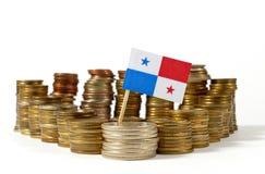 Bandiera del Panama con la pila di monete dei soldi Fotografia Stock