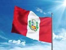 Bandiera del Perù che ondeggia nel cielo blu Immagine Stock Libera da Diritti