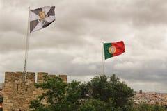 Bandiera del Portogallo che ondeggia sotto il cielo nuvoloso immagine stock libera da diritti