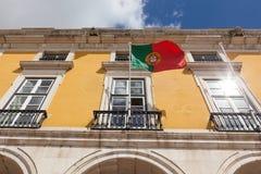 Bandiera del Portogallo che ondeggia sul vento nella parte anteriore un buil amministrativo Immagini Stock