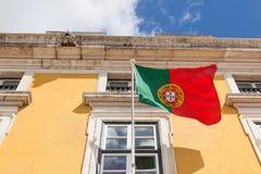 Bandiera del Portogallo che ondeggia sul vento nella parte anteriore un buil amministrativo Immagine Stock