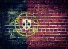 Bandiera del Portogallo di lerciume su un muro di mattoni Fotografia Stock