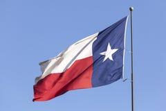 Bandiera del Texas contro cielo blu Immagine Stock Libera da Diritti