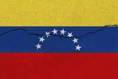 Bandiera del Venezuela sul muro di cemento con la crepa fotografia stock