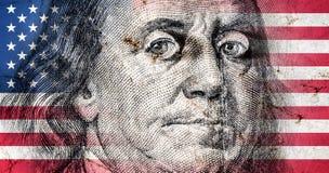 Bandiera dell'America con vecchia struttura di lerciume e ritratto di Benjamin Franklin su cento dollari illustrazione di stock
