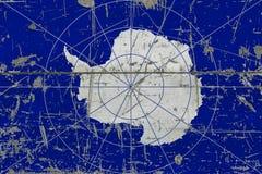 Bandiera dell'Antartide di lerciume su vecchia superficie di legno graffiata Fondo d'annata nazionale immagine stock