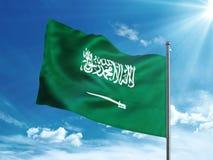 Bandiera dell'Arabia Saudita che ondeggia nel cielo blu Immagine Stock Libera da Diritti