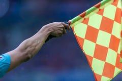 Bandiera dell'arbitro alzata immagine stock libera da diritti