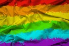 Bandiera dell'arcobaleno di LGBTQ per il mese di orgoglio su struttura del tessuto con l'ondulazione immagini stock libere da diritti