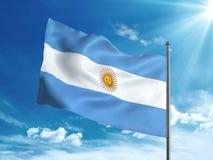 Bandiera dell'Argentina che ondeggia nel cielo blu Fotografia Stock Libera da Diritti