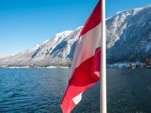 Bandiera dell'Austria, stagione della neve di inverno delle alpi del lago del hallstat della priorità alta Fotografie Stock