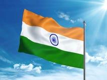 Bandiera dell'India che ondeggia nel cielo blu Fotografia Stock