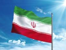 Bandiera dell'Iran che ondeggia nel cielo blu Immagini Stock