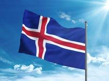 Bandiera dell'Islanda che ondeggia nel cielo blu Fotografia Stock Libera da Diritti