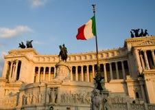 Bandiera dell'Italia e di Altare del Patria sui precedenti Immagine Stock Libera da Diritti