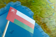 Bandiera dell'Oman con una mappa del globo come fondo Fotografia Stock Libera da Diritti