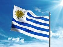 Bandiera dell'Uruguay che ondeggia nel cielo blu Fotografia Stock