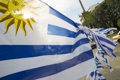 Bandiera dell'Uruguay in via della città per l'avvenimento sportivo Fotografia Stock Libera da Diritti