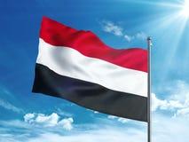 Bandiera dell'Yemen che ondeggia nel cielo blu Fotografia Stock