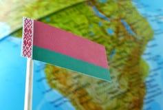 Bandiera della Bielorussia con una mappa del globo come fondo Fotografia Stock Libera da Diritti