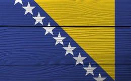 Bandiera della Bosnia-Erzegovina sul fondo di legno della parete Struttura della bandiera della Bosnia-Erzegovina di lerciume immagini stock libere da diritti