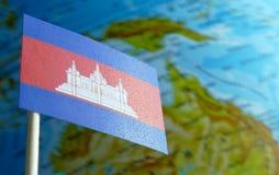 Bandiera della Cambogia con una mappa del globo come fondo Fotografia Stock Libera da Diritti