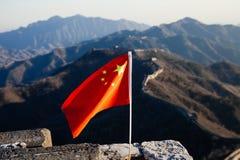 Bandiera della Cina che ondeggia sopra la grande muraglia della Cina nei precedenti immagine stock libera da diritti